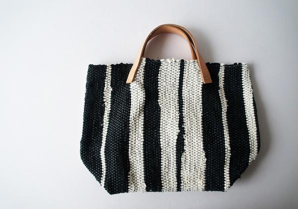 梅原和香裂き織りバッグ 黒白織り