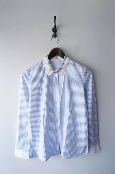 襟ビジュー付きストライプシャツ